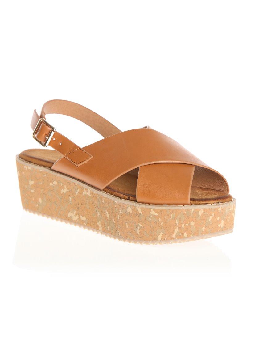 Sandálias com plataforma e tiras cruzadas com correia e fivela